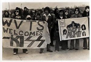 Fansen välkomnar Kiss till Terre Haute 1975.