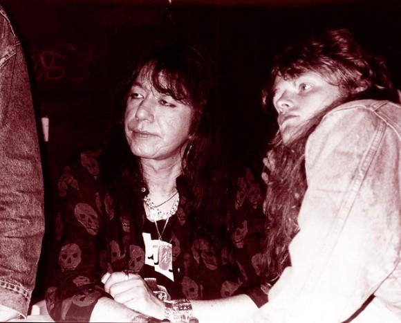 Ace poserar tillsammans med ett av de fans som besökte konventet.