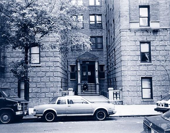 Kiss Army Sweden´s Kent Klang på trappan till Ace Frehley´s barndomshem på Marion Avenue i Bronx, New York.