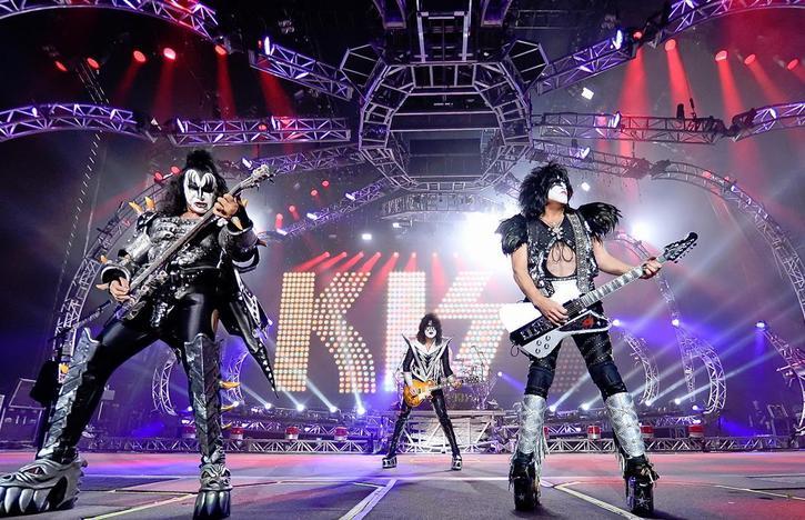 KISS spelar på Dodger Stadium i januari….