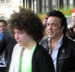 Paul och hans son Evan i gitarr-butik